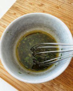 Das Dressing für den italienischen Reissalat ist schnell gemacht. Aus Essig, Öl, Zucker, Salz, Pfeffer und den zerkleinerten Basilikumblättern ensteht das Dressing.