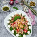Ein italienischer Reissalat mit Mozzarella, Tomaten und Oliven