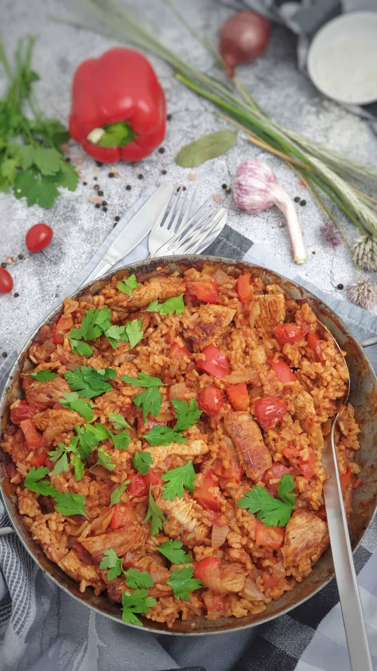 Reis mit Pute aus dem Backofen angerichtet in einer Pfanne.