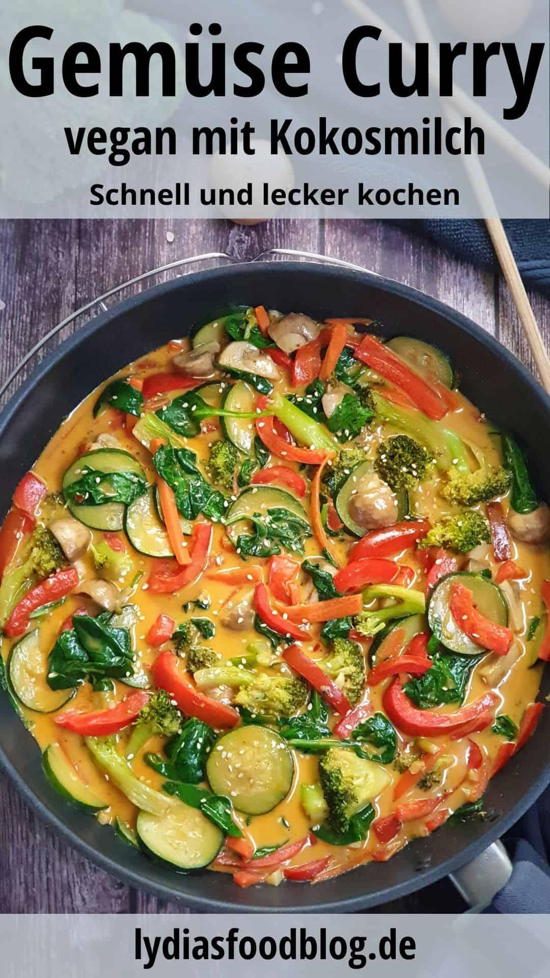 In einer Pfanne angerichtet ein Gemüsecurry mit Kokosmilch mit Sesam bestreut.