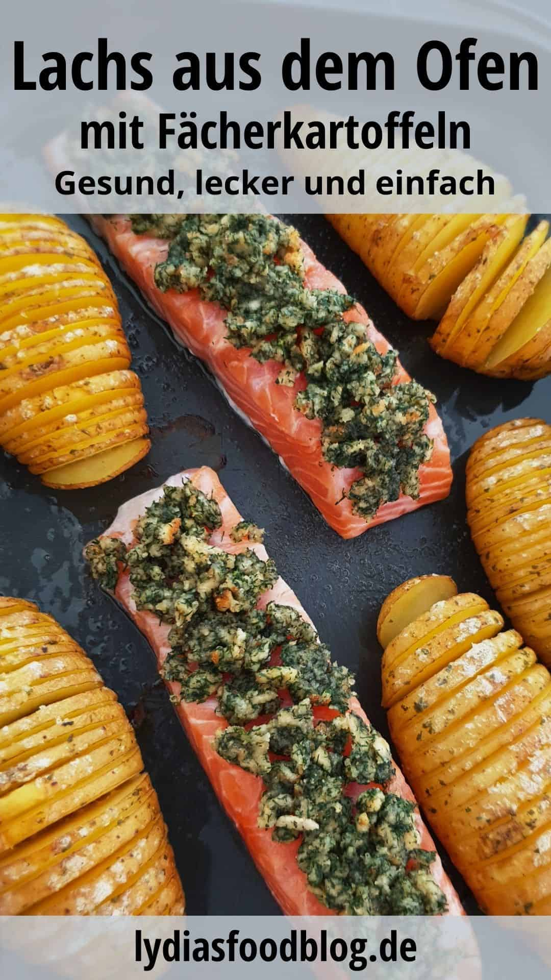 Auf einem Backblech Fächerkartoffeln mit Lachs und Kräuterkruste.