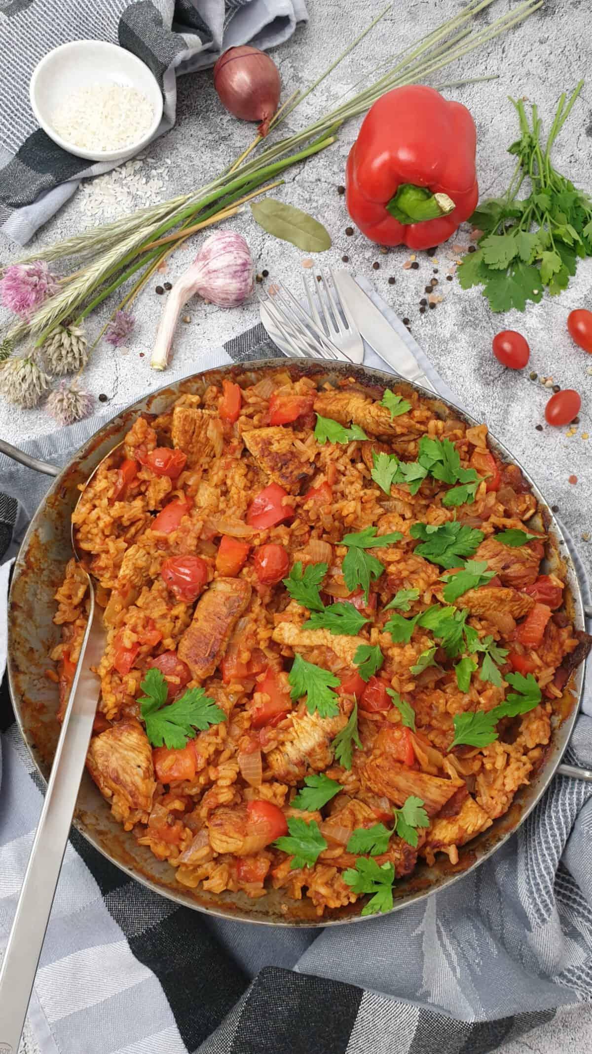 Reis Pfanne mit Pute in einer gußeisernen Pfanne mit Petersilie bestreut.