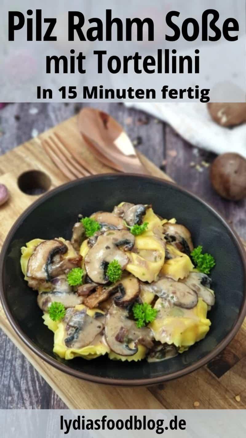 In einer braunen Schale sieht man Tortellini mit Pilz Rahm Soße bestreut mit Petersilie. Die Schale steht auf einem Holzbrett im Hintergrund sieht man ein paar Pilze.