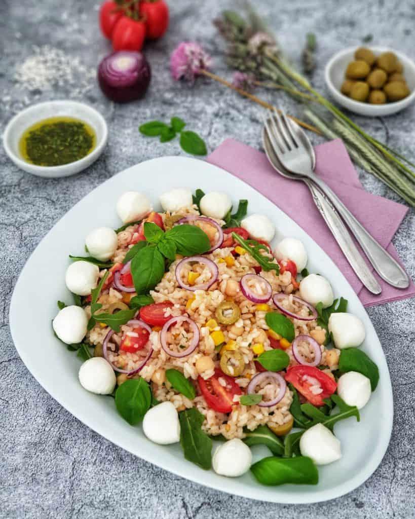 ein italienischer Reissalat mit Tomaten, Rucola und Mozzarella