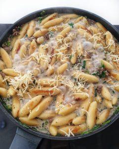 Schupfnudeln mit Hackfleisch und Lauch in cremiger Soße mit Parmesan.