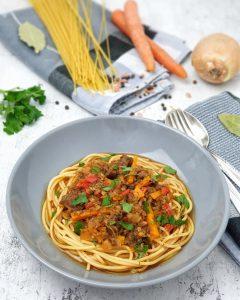 Laghman, eine asiatische Nudelsuppe mit viel Gemüse und Fleisch