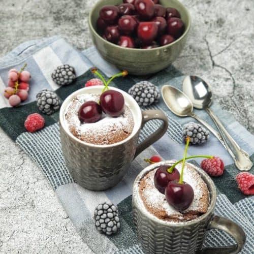 Mug Cake / Tassenkuchen mit Nutella, serviert mit frischen Kirschen