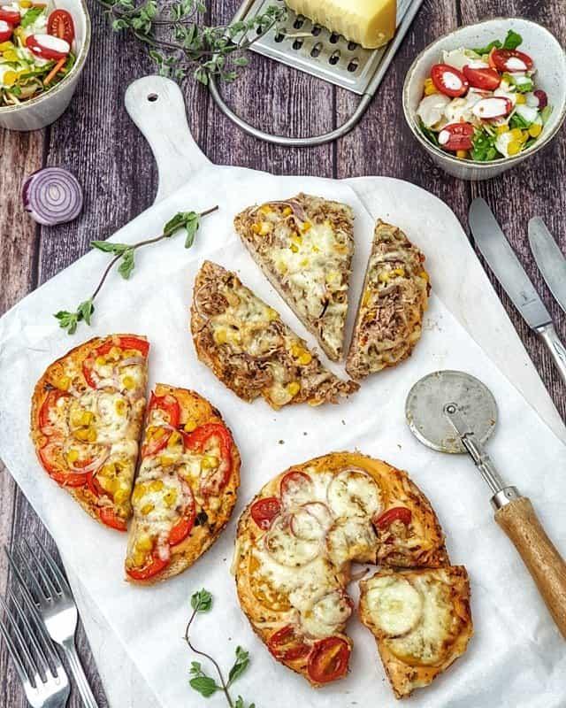 Mini Fladenbrot Pizza mit verschiedenem Belag und frischem Salat als Beilage