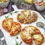 Mini Fladenbrot Pizza mit verschiedenem Belag und frischem Salat