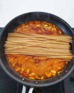 In das One Pot Gericht kommen die Dinkelnudeln, roh in die Pfanne.