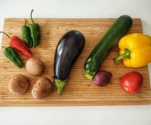 Auf einem Küchen Brett verschiedene Gemüse Sorten.