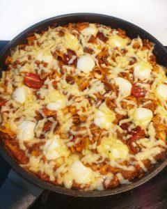 In einer Pfanne Pfannen Lasagne mit Käse gratiniert.