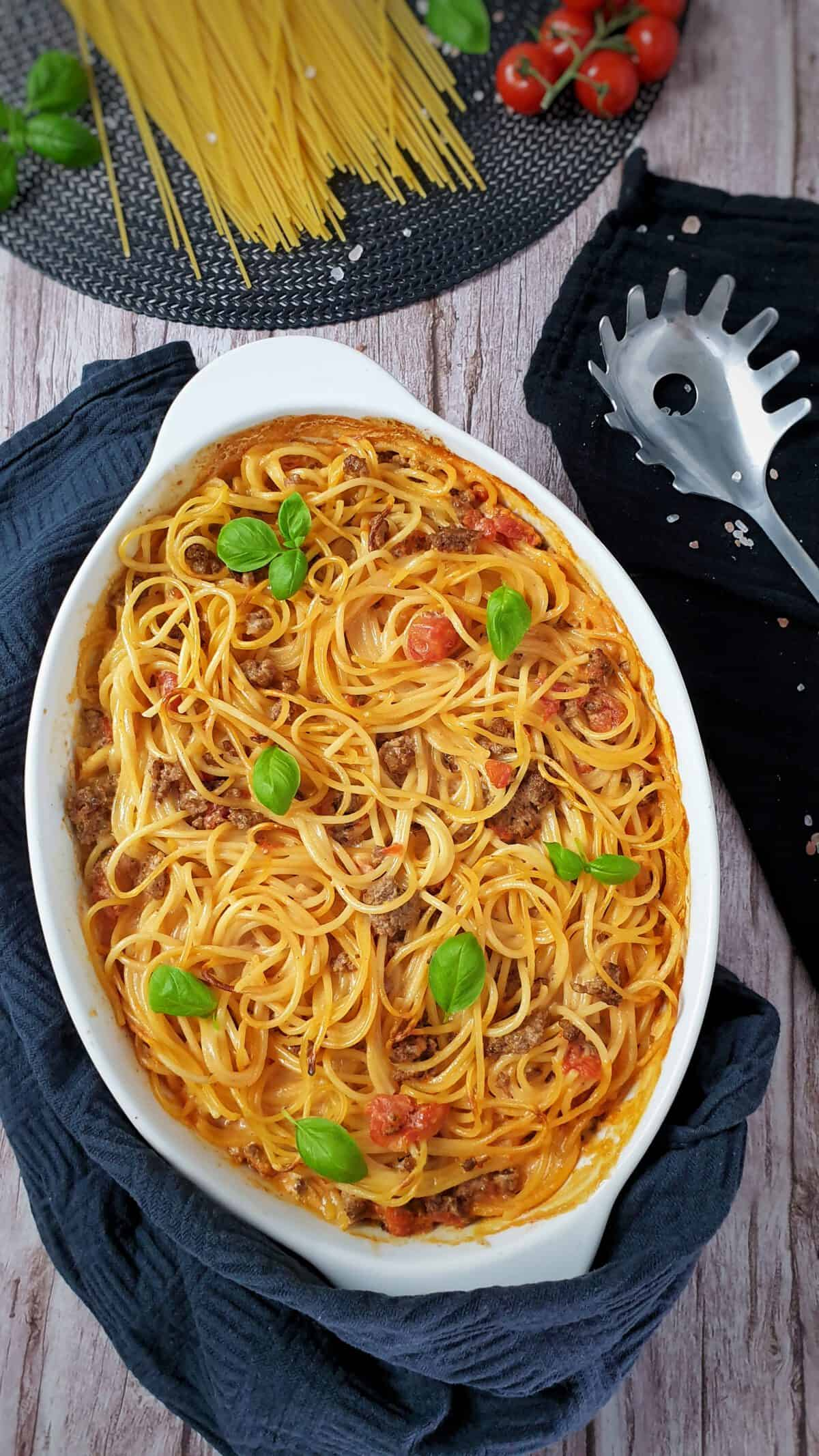 In einer ovalen weißen Auflaufform Spaghetti Auflauf mit Hackfleisch