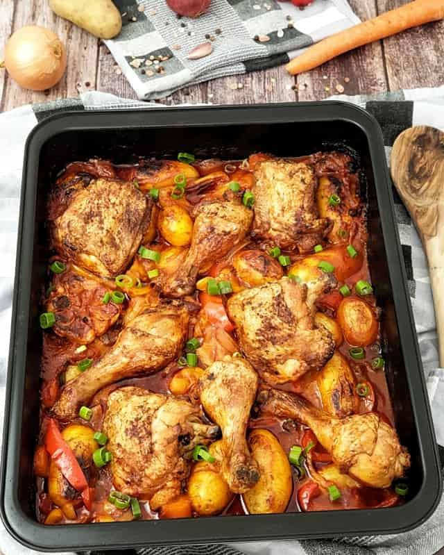 Nach dem Backen mit etwas Lauch bestreuen und servieren. Fertig ist das Hähnchen mit Kartoffel-Gemüse aus dem Ofen.