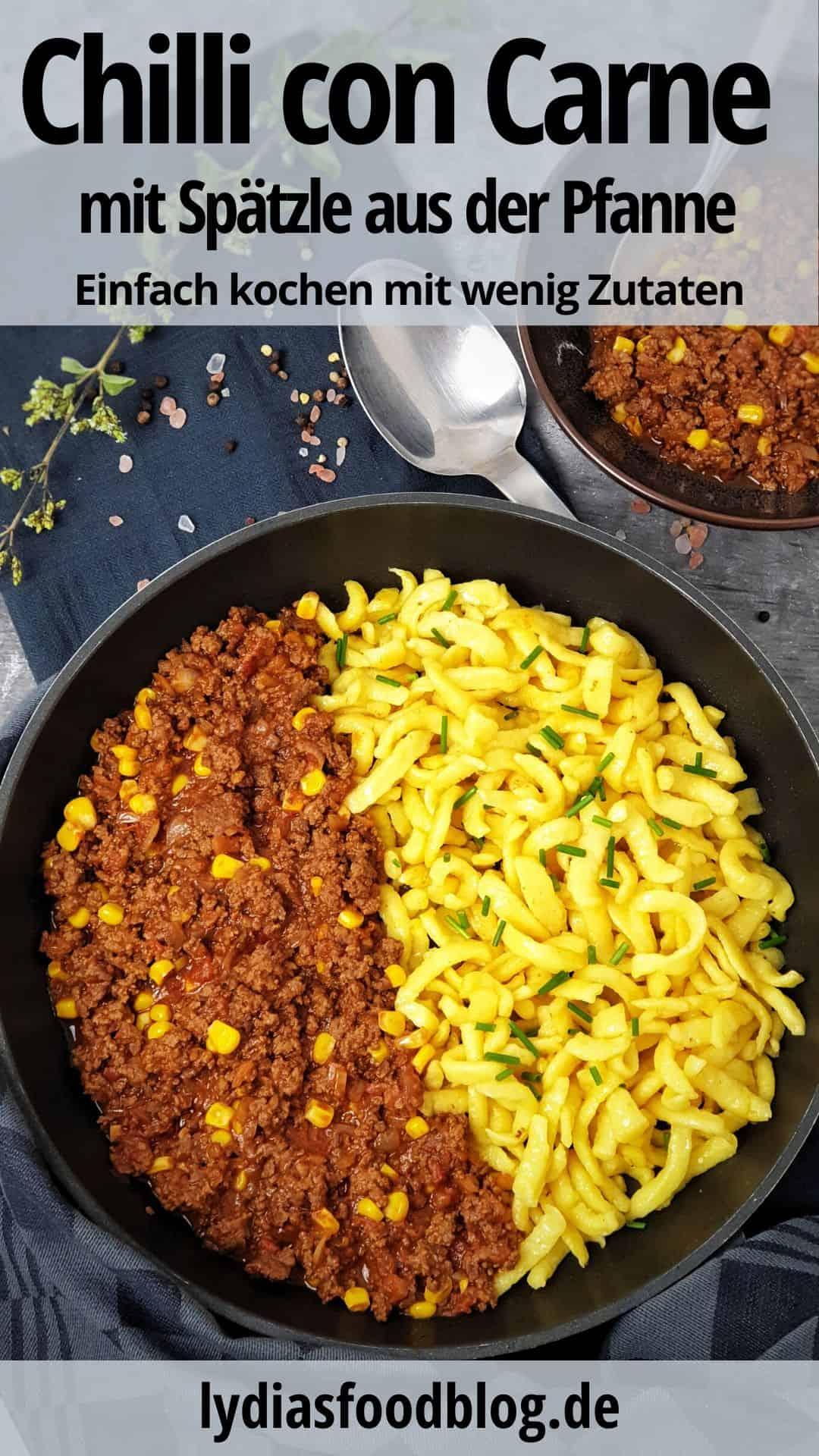 In einer Pfanne serviert Chili con Carne mit angebratenen Spätzle.