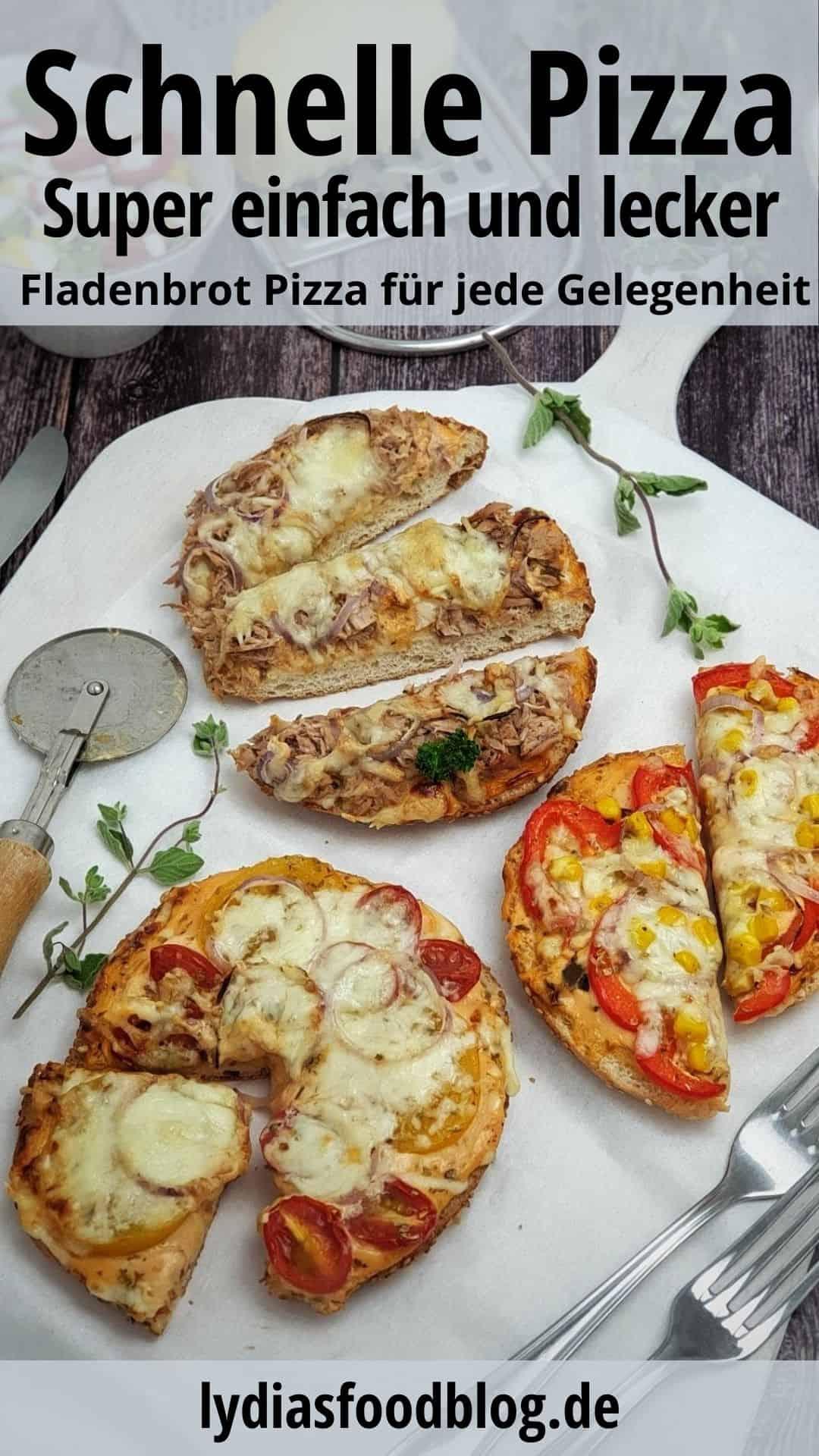 Auf einem großen Servierbrett 3 kleine Mini-Fladenbrot-Pizza mit verschiedenem Belag.