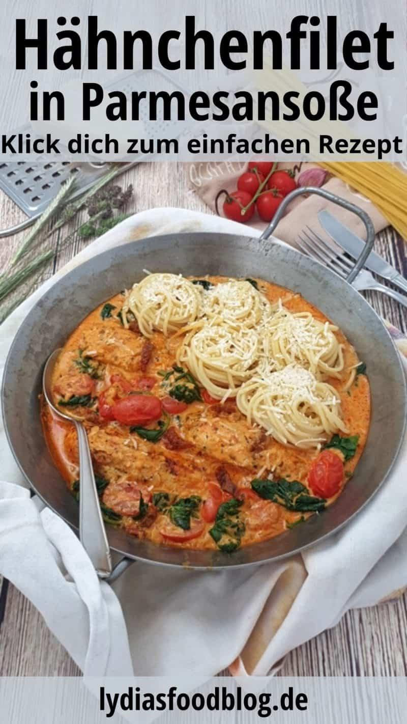 In einer eisernen Pfanne Hähnchenfilet in cremiger Frischkäse-Parmesan-Soße Spaghetti Nestern.