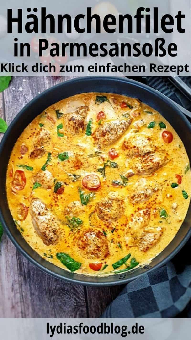 In einer Pfanne angerichtet Hähnchenfilet in einer Frischkäse Soße mit Petersilie bestreut.
