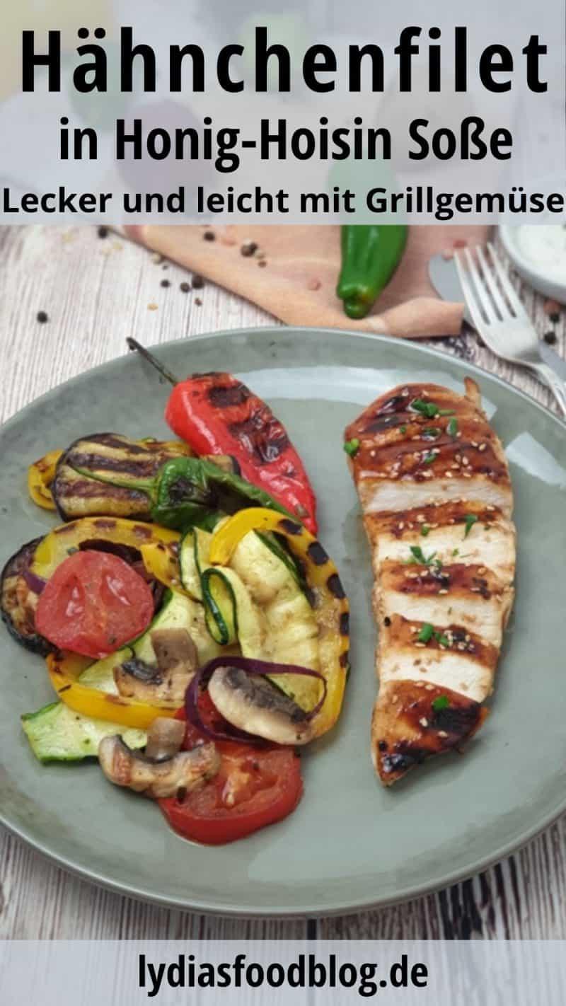 Hähnchenfilet mit Honig-Hoisin-Soße und Grillgemüse angerichtet auf einem flachen grünlichen Teller. Das Filet ist aufgeschnitten und das Grillgemüse liegt links vom Fleisch auf dem Teller.
