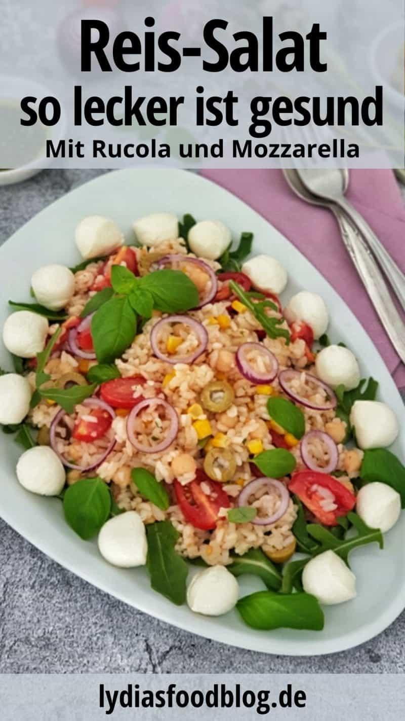 Auf einer weißen Platte serviert ein italienischer Nudelsalat mit Mozzarella und Rucola