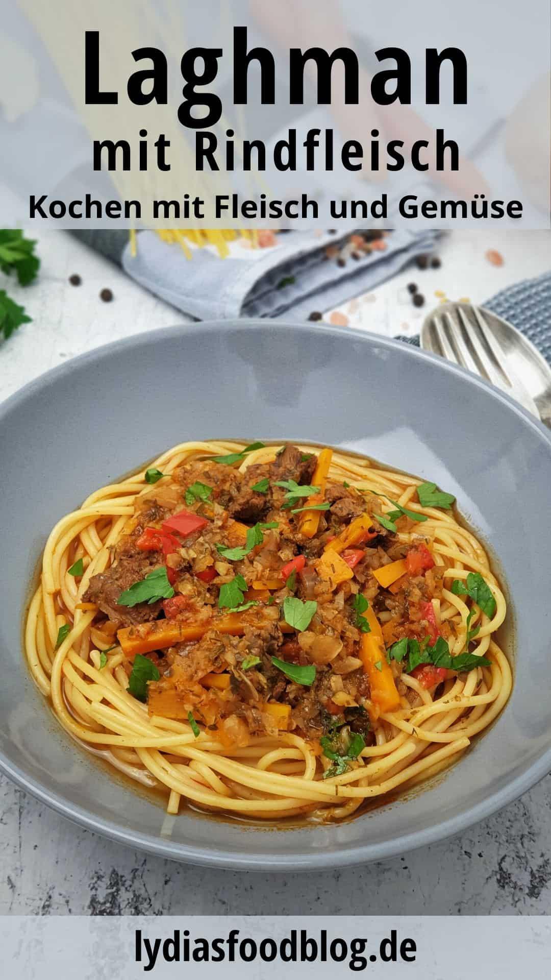 In einer rauen Schale angerichtet Laghman auf Spaghetti. Im Hintergrund Deko.