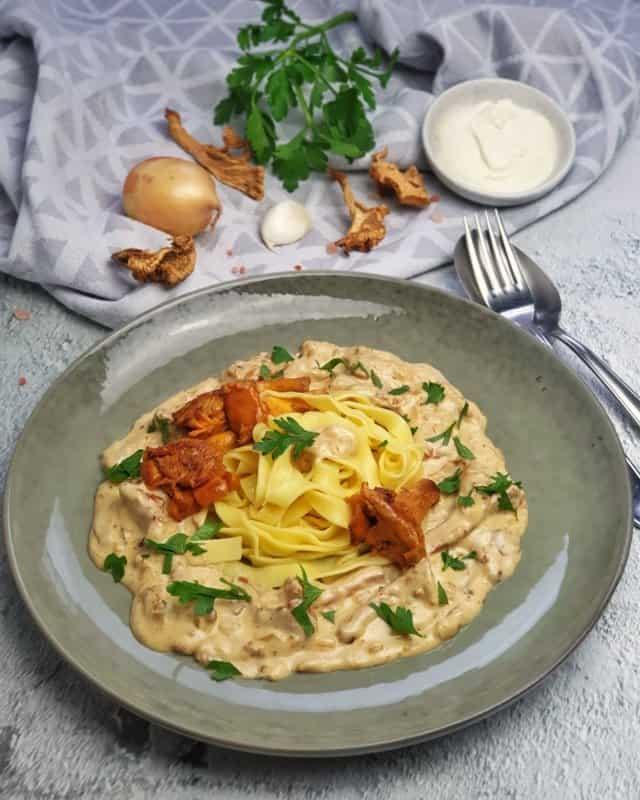 vegetarische Pfifferling Rahm Soße mit Nudeln