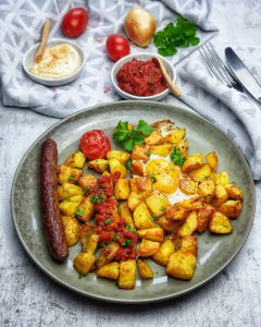 Patatas bravas mit Tomatensoße, Ei, Aioli und Merguez