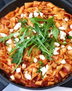 Nachdem die Nudeln gar sind wird der Rucula und die Mozzarella untergerührt.