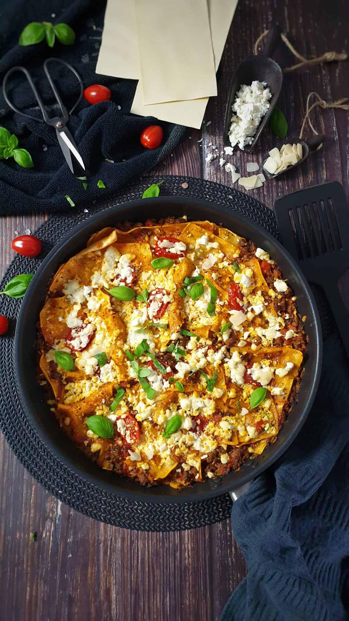 In einer Pfanne eine Pfannen-Lasagne mit Feta Käse gratiniert und mit Basilikum bestreut.