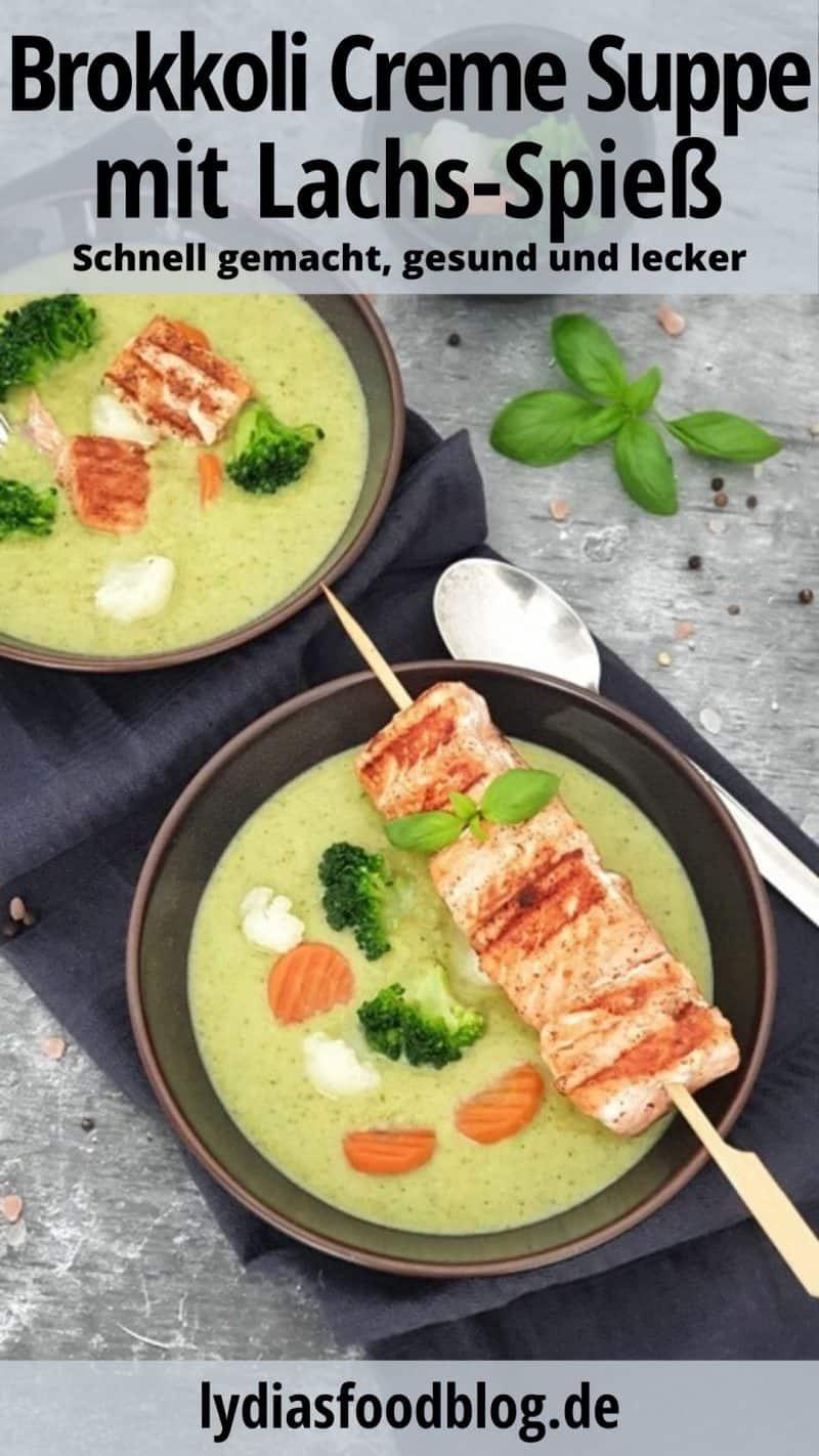 Zu sehen sind zwei braune Suppenschalen mit einer Brokkoli Creme Suppe. Auf dem Tellerrand siehst du einen gebratenen Lachs Spieß