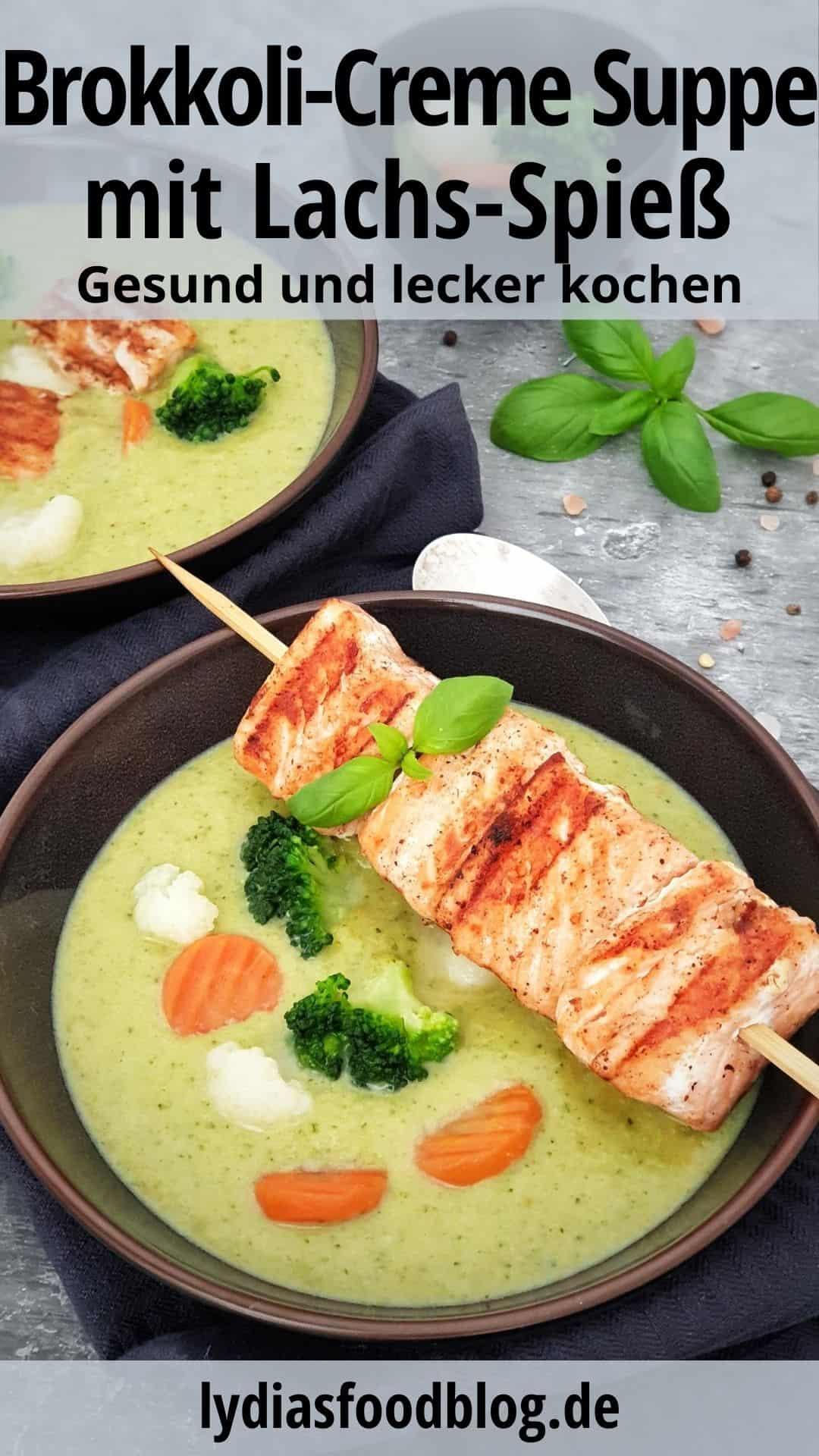 In zwei braunen Schalen angerichtet eine Brokkoli Creme Suppe mit Lachs-Spieß. Im Hintergrund Deko.
