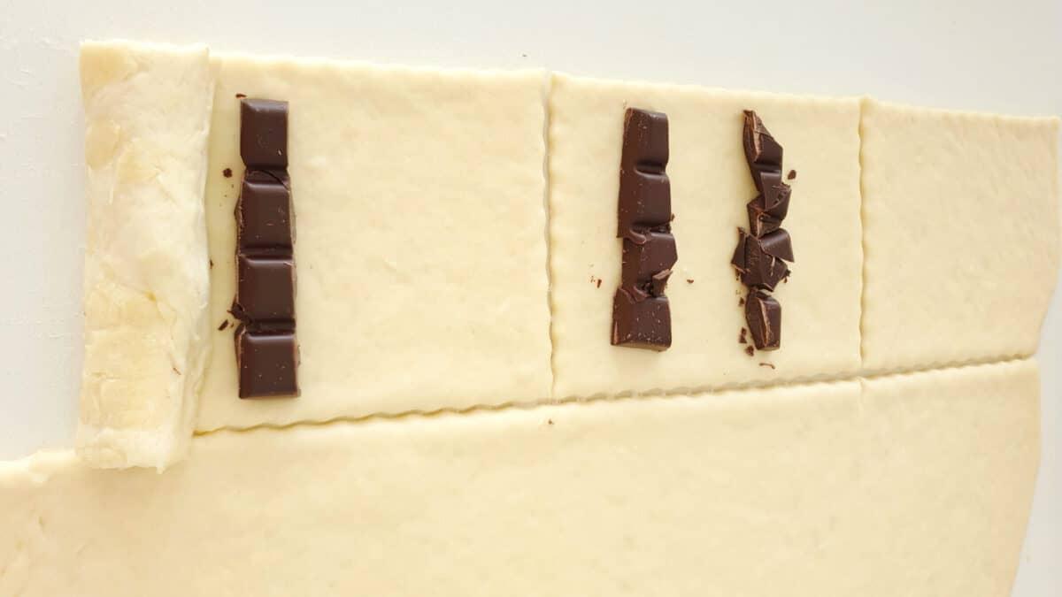 Ausgerollter Plunderteig mit Schokolade belegt.