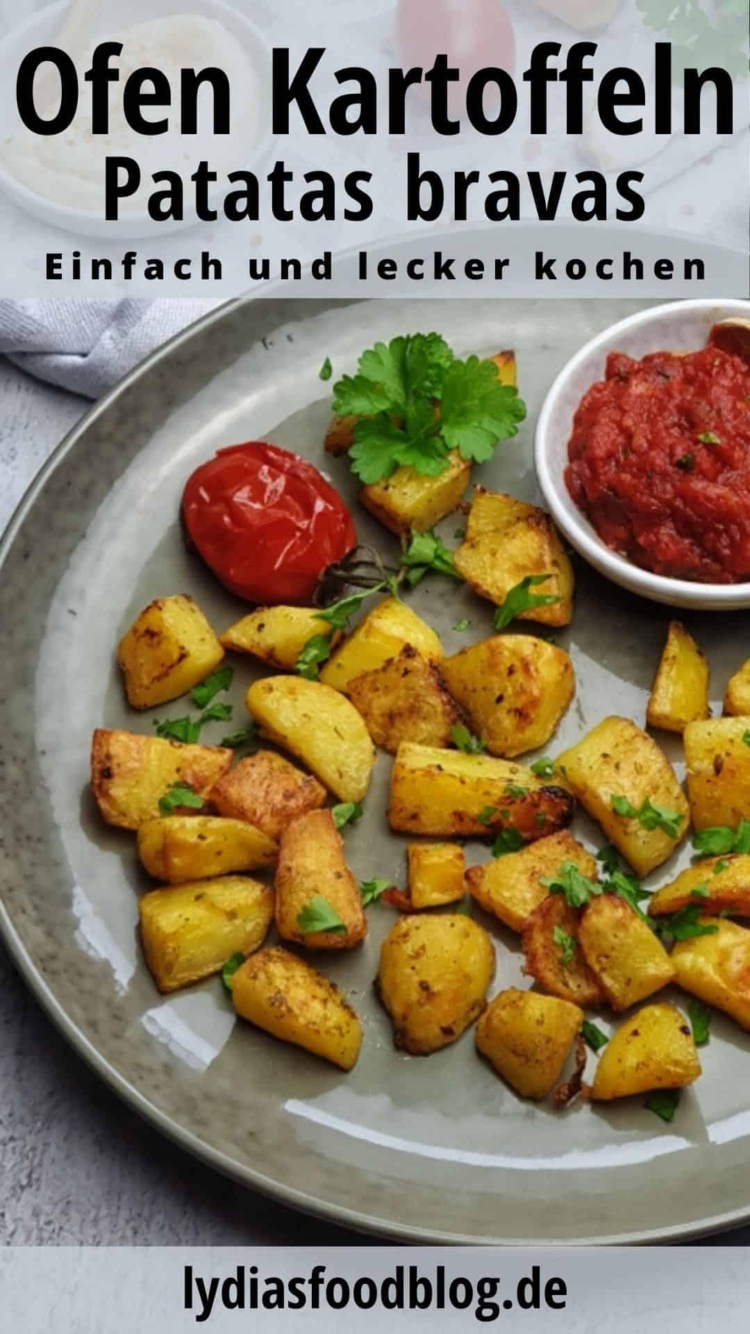 Auf einem grünen Teller Patatas Bravas, spanische Ofen Kartoffeln. Im Hintergrund Deko.