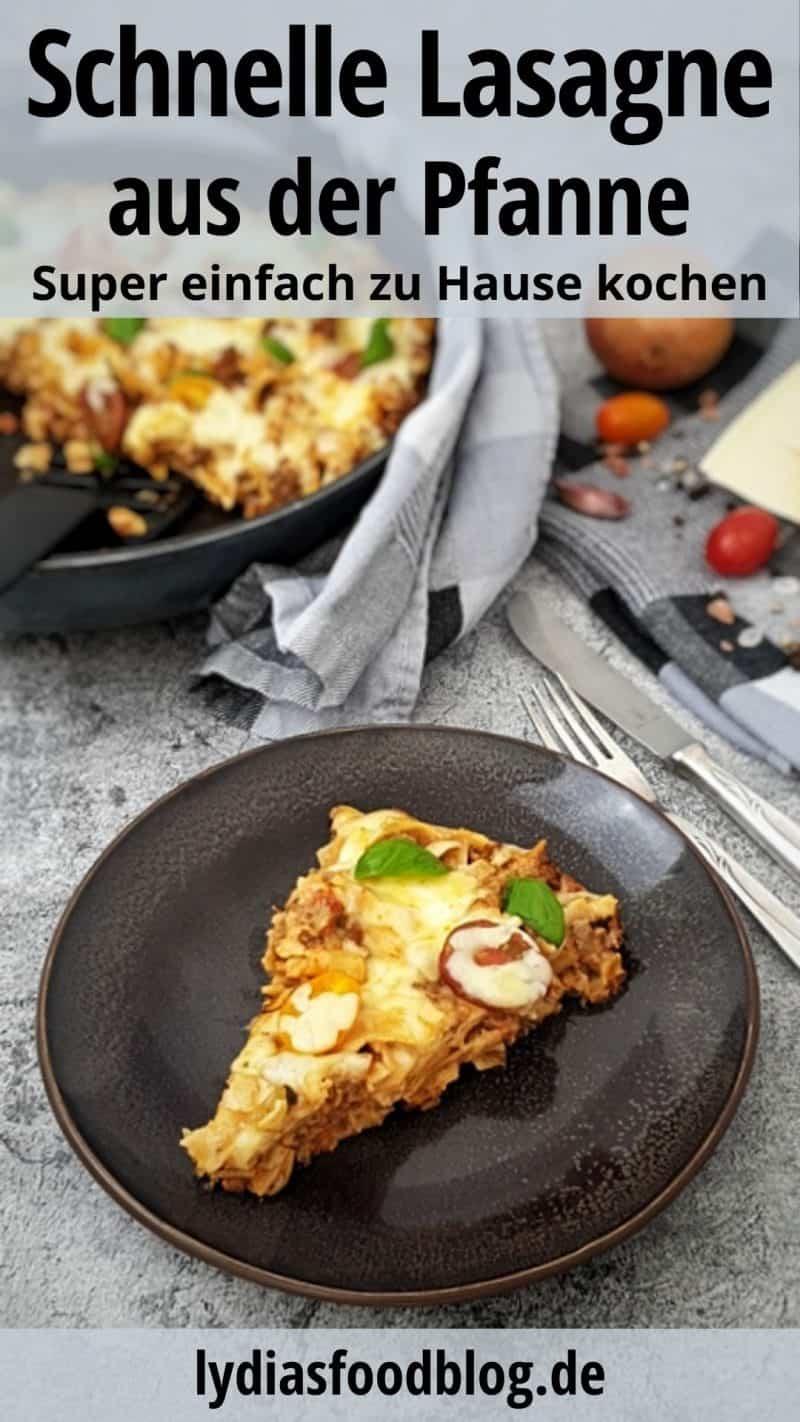 Auf einem braunen Teller ein Stück der Pfannen Lasagne - One Pot Lasagne. Neben dem Teller liegt Besteck. Im Hintergrund eine Pfanne mit der Pfannenlasagne.