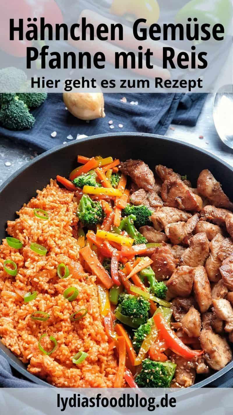 Eine Pfanne mit Huhn, Reis und Gemüse. Nebeneinander angerichtet und mit Sesam bestreut. Zartes Hähnchen mit Tomatenreis und Gemüse.