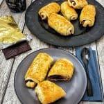 Frisch gebackene Schoko Croissants aus Plunderteig