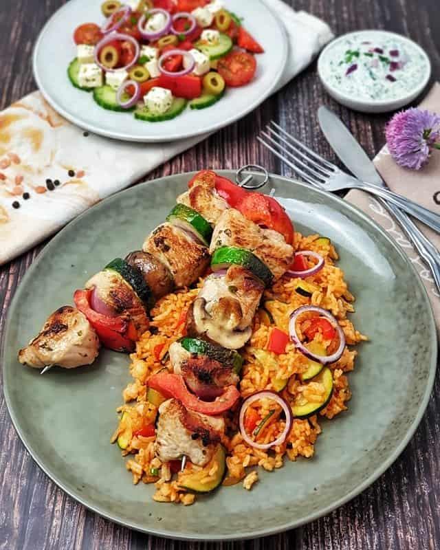 Puten Gemüse Spieße auf Gemüsereis mit Bauernsalat und Tzatziki