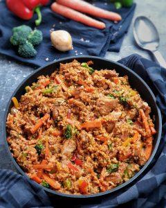 Asiatische Reispfanne mit zartem Hähnchen und Gemüse