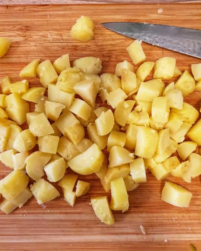 Die Kartoffeln abkDann die Kartoffeln pellen und in Würfel schneiden.