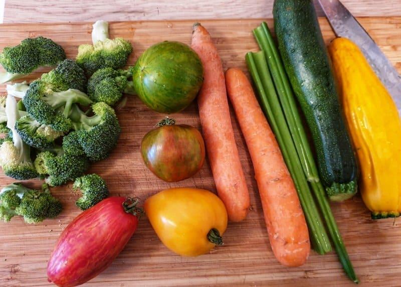 Frisches Gemüse auf einem Holz Schneidebrett.