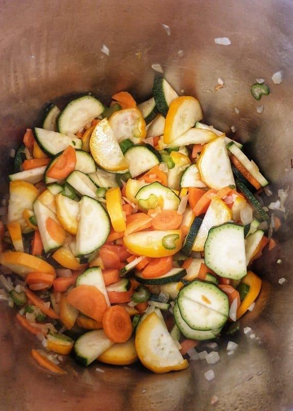 Angedünstetes Gemüse in einem Topf.
