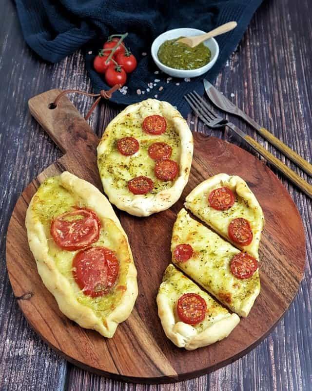 Pizza Schiffchen Tomate Mozzarella