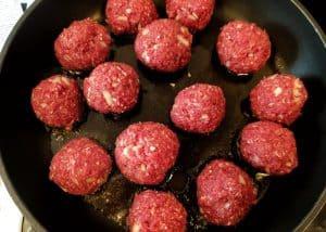 Kleine Hackfleischbällchen in der Pfanne in Öl.