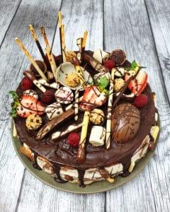 Eine Candy Cake Torte verziert mit Früchten und Schokolade.
