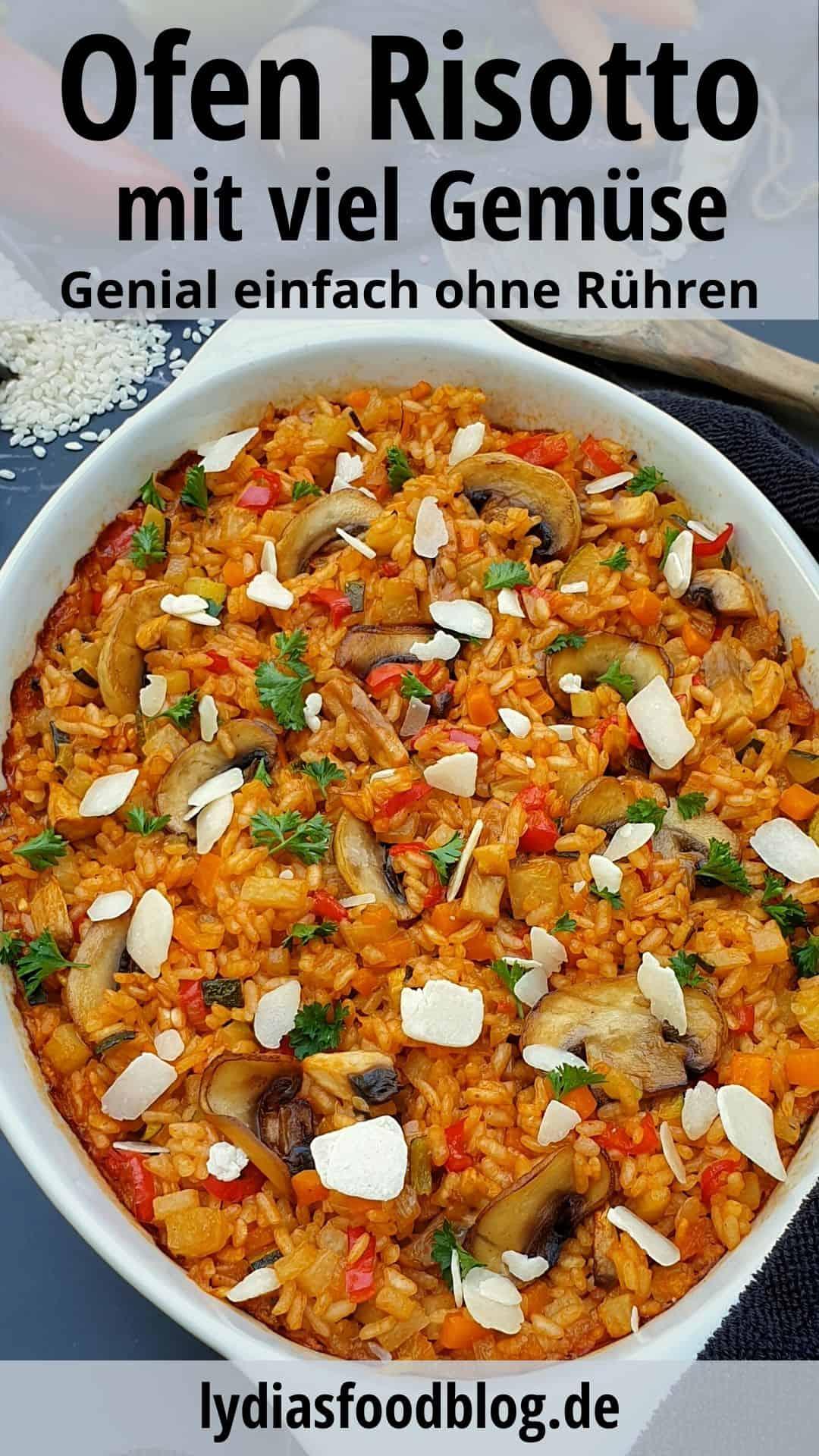 Risotto aus dem Ofen in einer weißen Auflaufform mit Petersilie und gehobeltem Parmesan bestreut.