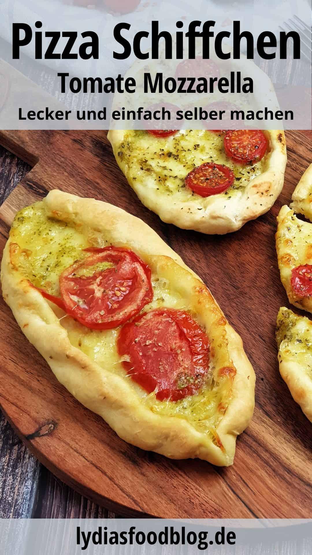 Auf einem braunen runden Brett angerichtet 3 Tomate Mozzarella Teig Schiffchen. Daneben Deko und Besteck.