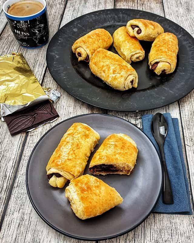 Schoko-Croissants aus Plunderteig, gefüllt mit Schokolade
