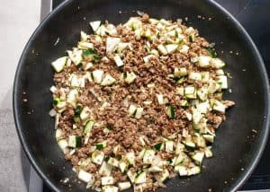 Hackfleisch mit Zucchini in der Pfanne angebraten.