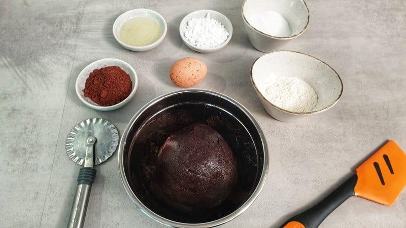 Der Teig für die Cookies ist schnell und einfach gemacht. Erst Eier, Öl und Zucker mixen und dann Mehl, Backpulver und Kakao dazugeben.