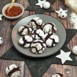Chocolate Crinkle Cookies auf einem grauen Teller. Im Hintergrund Deko.
